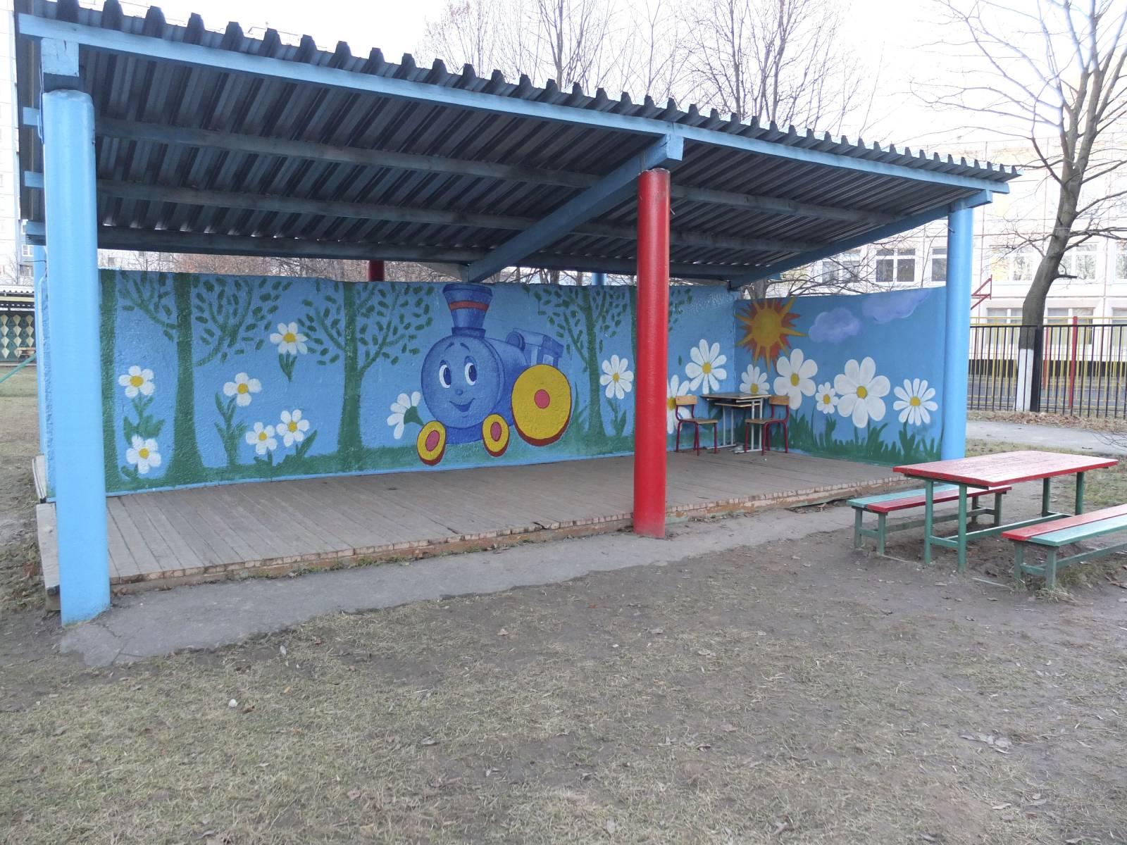 Креативный подход к оформлению участка детского сада летом 90